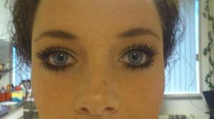 Hier draag ik L'oréal Double Extension mascara met een golden oogschaduw look.